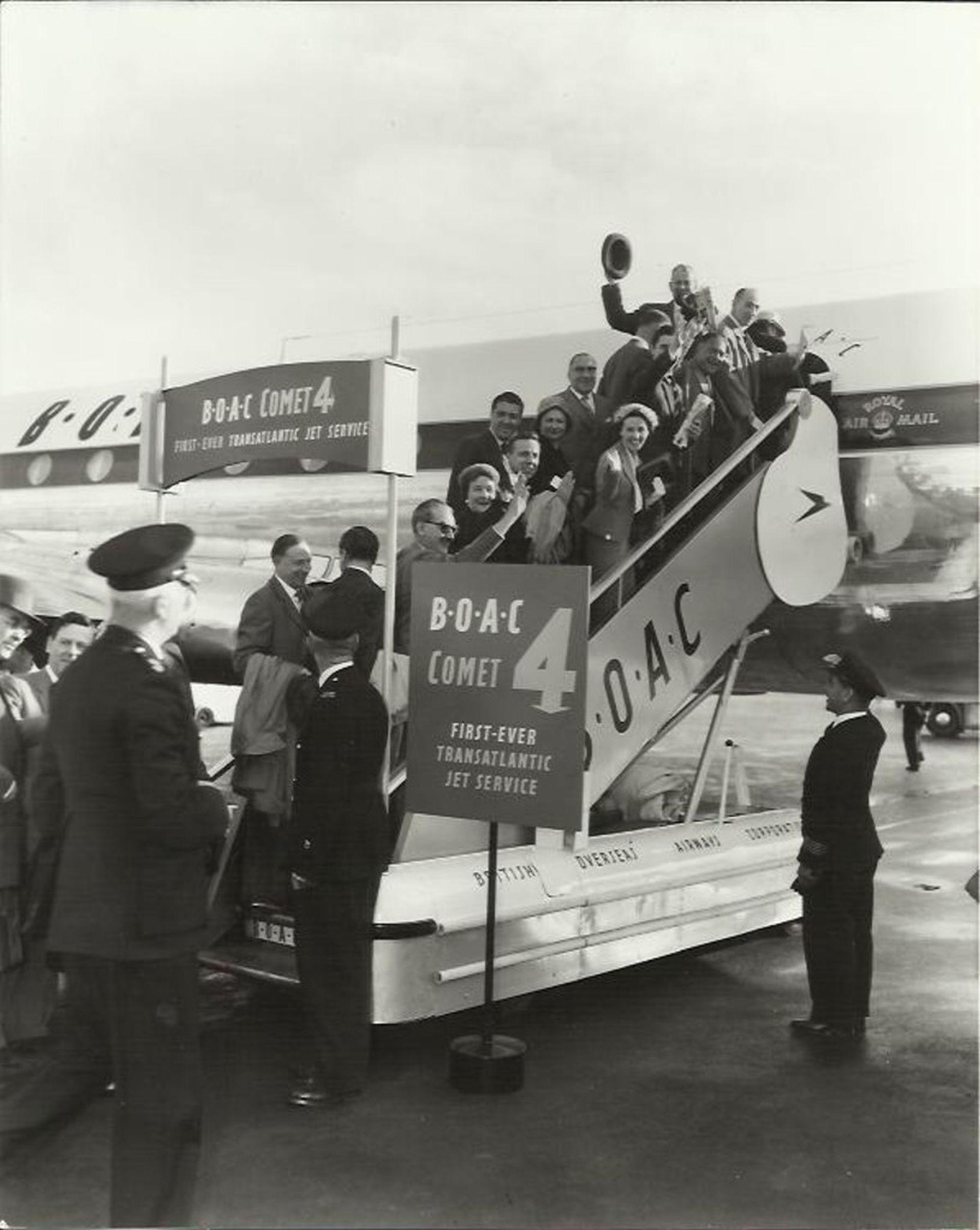 Cestující nastupují na první transatlantický let proudovým letadlem. Foto: British Airways
