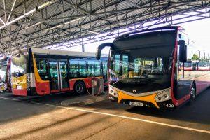 Autobusy SOR NS12 Electric v garážích Dopravního podniku města Hradce Králové. Foto: Jan Sůra