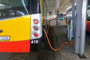 Dobíjení elektrobusů v garážích DPmHK. Foto: Jan Sůra