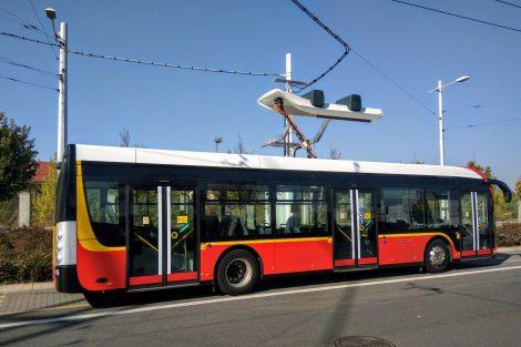 Elektrobusy se dobíjí i na hlavním terminálu MHD, kde vznikly speciální stanice. Během půlhodiny zde mohou dobít až 30 % kapacity baterie. Foto: Jan Sůra