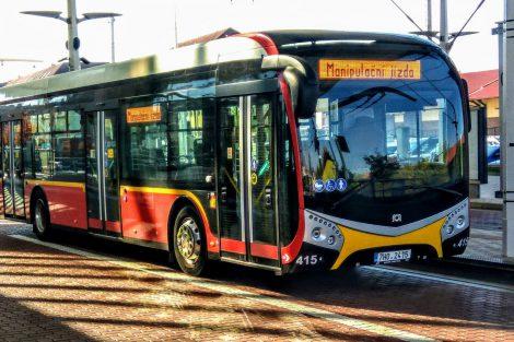 Elektrobus na hlavním terminálu v Hradci Králové. Foto: Jan Sůra