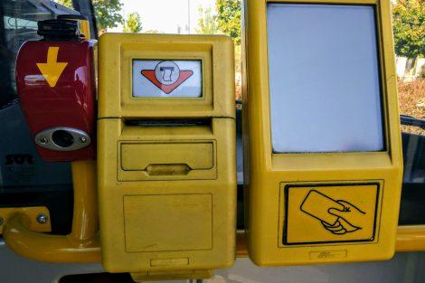 I v moderních elektrobusech nechybí původní děrovací označovač jízdenek. Foto: Jan Sůra