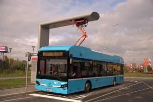 Ostravský elektrobus EKOVA Electron při dobíjení. Autor: DPO
