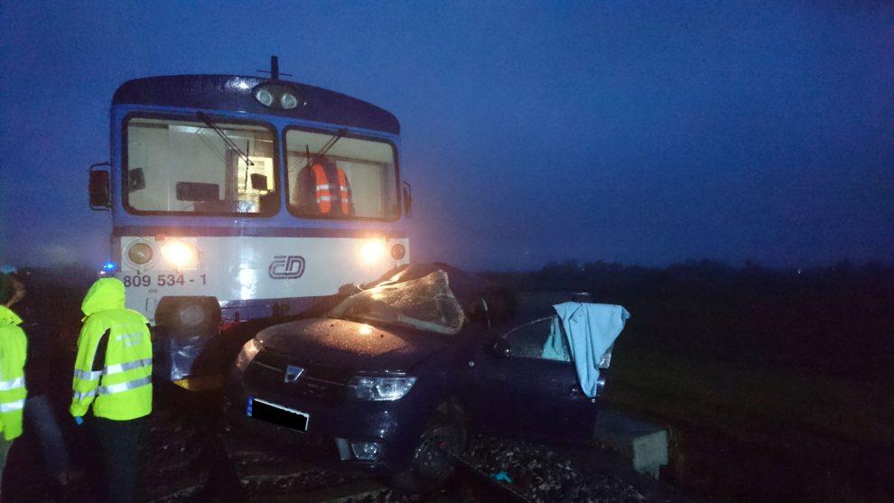 Smrtelná nehoda se stala 28. října 2018 na přejezdu mezi Čakovičkami a Jiřicemi, zabezpečeným pouze výstražným křížem. Autor: Drážní inspekce