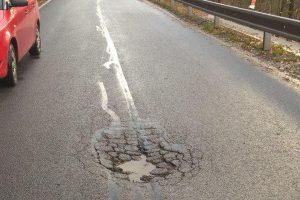Stav silnice II/292 u Hájů nad Jizerou po první opravě společností Strabag. Foto: Liberecký kraj