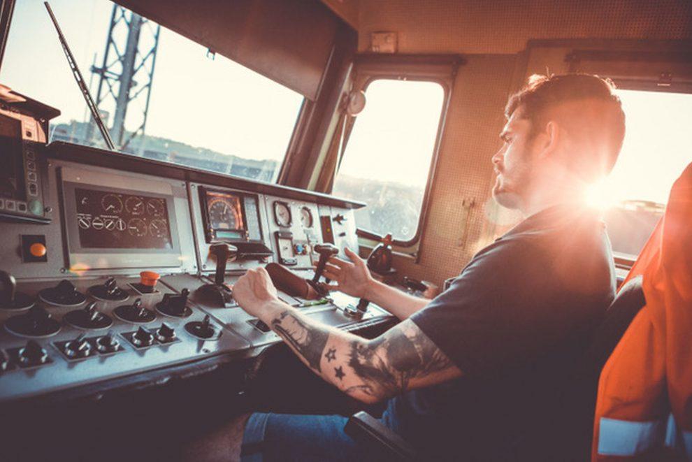 Michal Kopťár při řízení lokomotivy 363 v čele Západního expresu. Foto: Lukáš Pošepný
