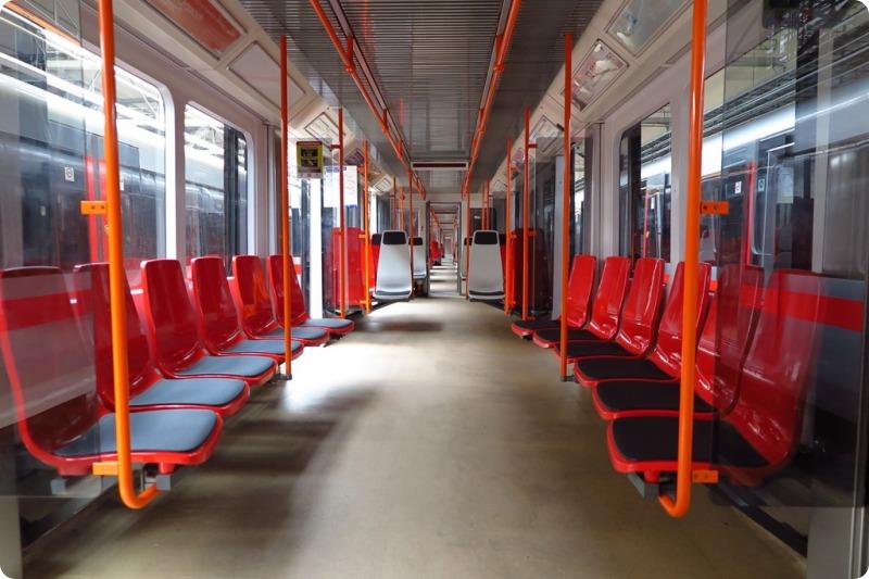 "Testovací vagon v ""plastovém"" designu na lince metra C. Pramen: DPP"