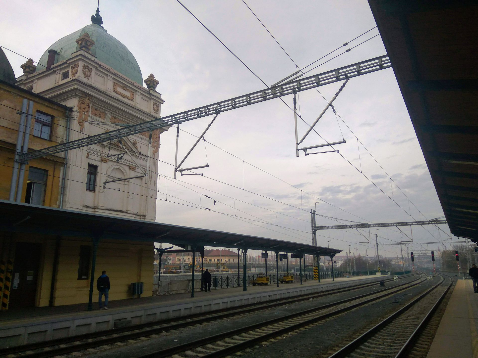 Plzeňské hlavní nádraží po ránu. Foto: Jan Sůra