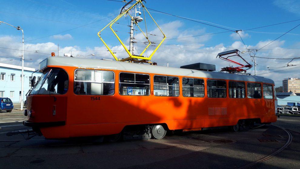 Tramvaj T3 na mazání trolejí, Brno. Pramen: DPMB