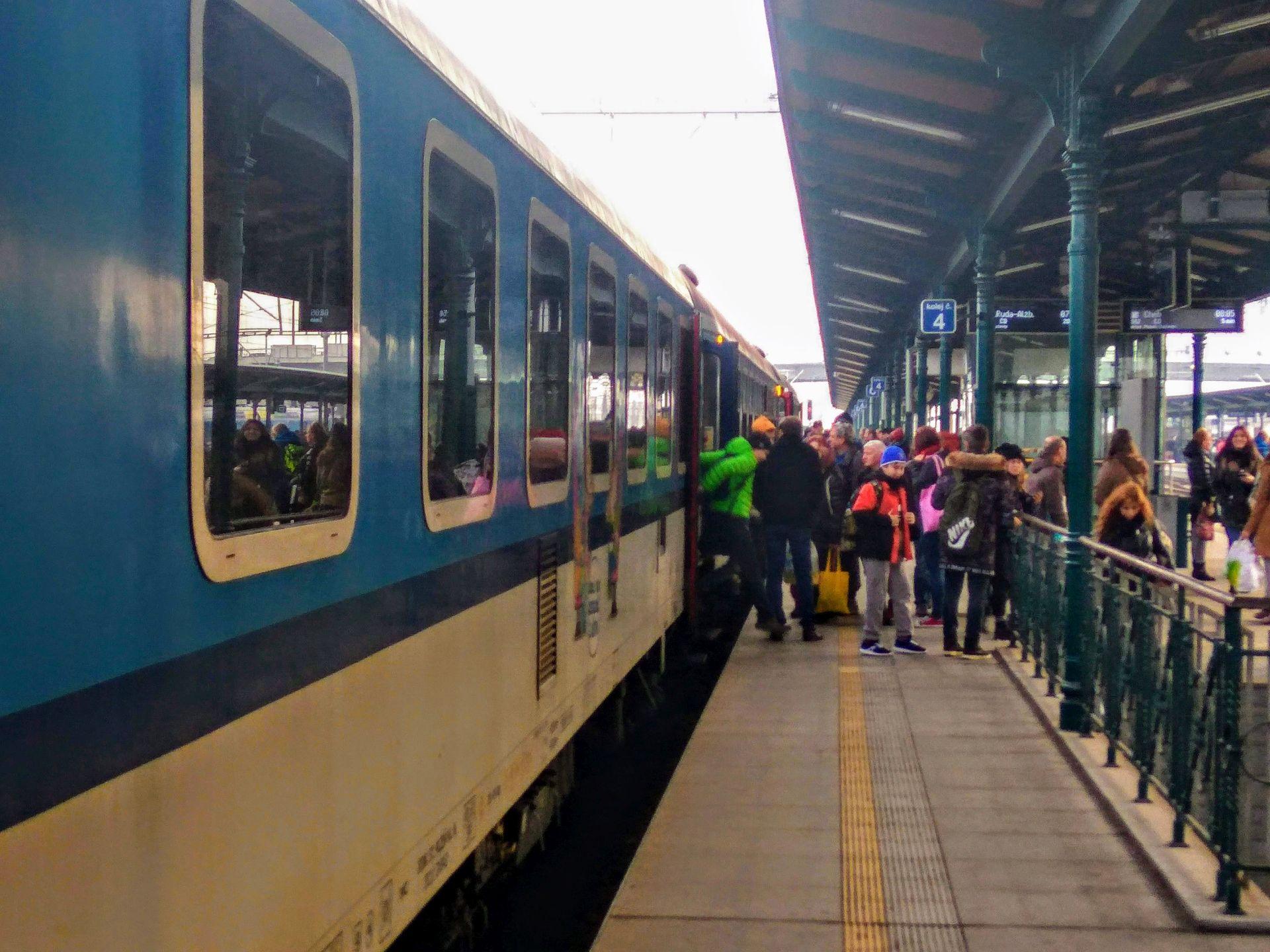 Cestující na nádraží v Plzni. Foto: Jan Sůra