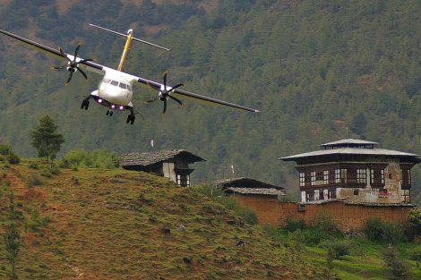 Dům pana Smithe, důležitý navigační bod před přistáním. Letadlo ATR 42-50 je na snímku zhruba 50 metrů nad zemí. Foto: Slavomír Pískatý