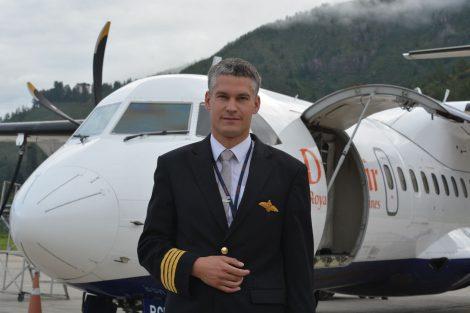 Slavomír Pískatý před letadlem ATR v Paru. Foto: archiv Slavomíra Pískatého