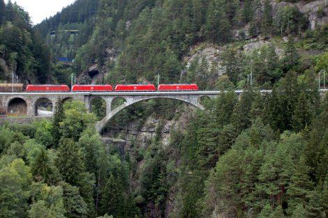Stejný vlak, jako na předchozím snímku, jen o pár minut později ze stejného místa. Výškový rozdíl překonal spirálovými tunely. Foto: Jan Sůra