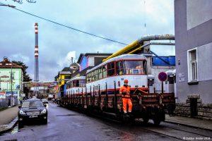Tramvaj T3R.P přijíždí na nákladním voze do vozovny libereckého dopravního podniku. Foto: Dalibor Binder