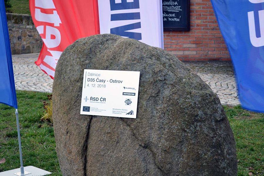 Základní kámen dálnice D35 Časy - Ostrov. Pramen: MDČR