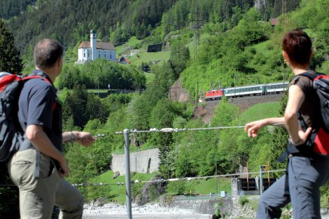 Kostelík ve Wassenu, který cestující z vlaku vidí celkem třikrát z jiného úhlu, jak trať vede údolím. Foto: Swiss Tourism