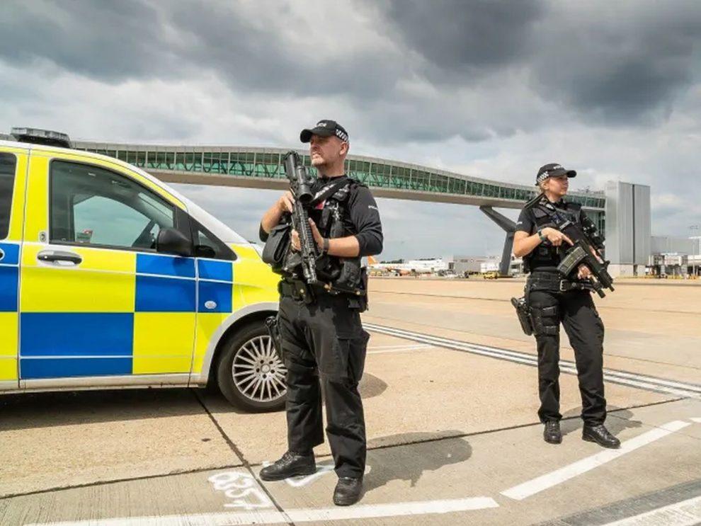 Policie na Gatwicku. Foto: Sussex Police