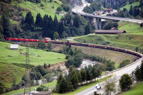 Dálnice a železnice u Wassenu. Foto: Jan Sůra