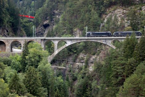 Dnes už takový snímek nelze na Gotthardské dráze vyfotit. Nákladní vlaky jezdí už novým tunelem a původní trase se vyhýbají. Foto: Jan Sůra
