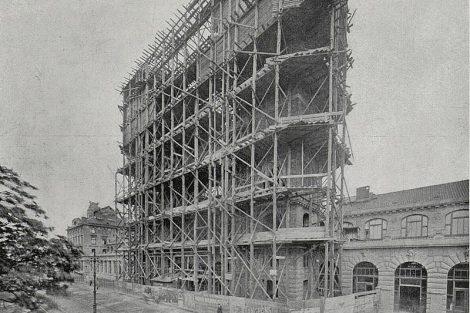 Výstavba Fantovy budovy v roce 1907. Autor: Brunner-Dvořák – http://www.digitalniknihovna.cz/mzk/view/uuid:a27efd70-6c37-11e4-9d98-005056825209?page=uuid:6603f620-7349-11e4-b2f6-005056827e51 Český svět, 8. 11. 1907, page 68, Volné dílo, https://commons.wikimedia.org/w/index.php?curid=63988891