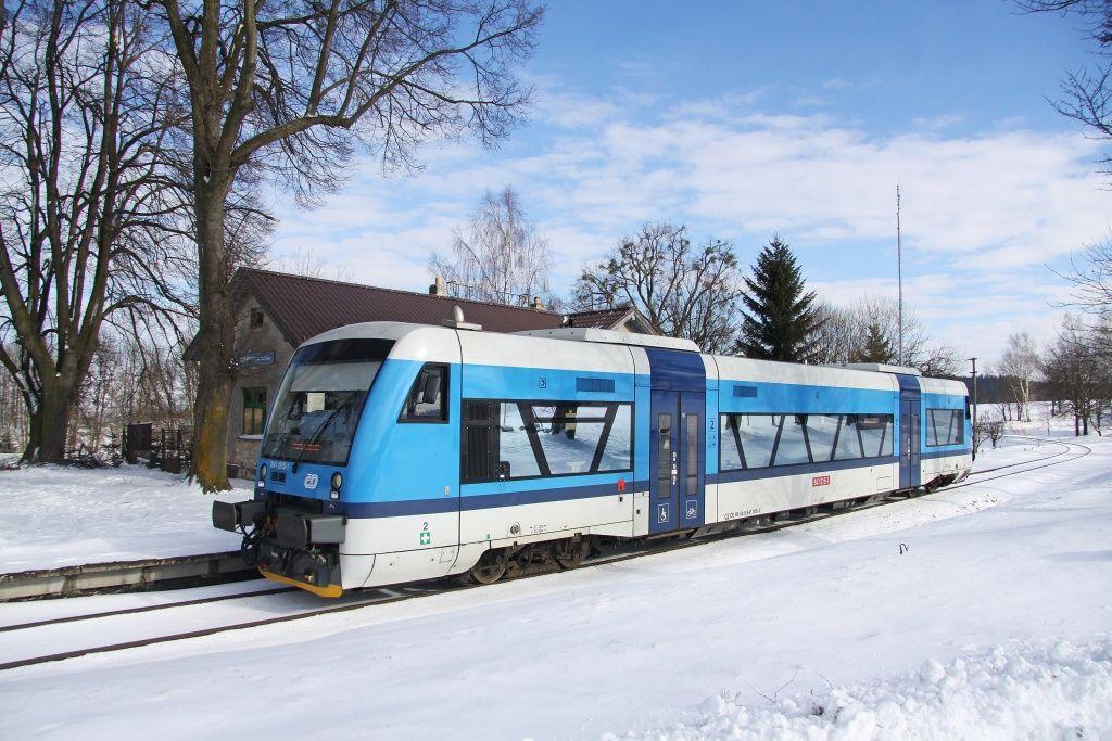 Motorový vůz 841 Českých drah v zastávce Pustá Kamenice. Foto: České dráhy