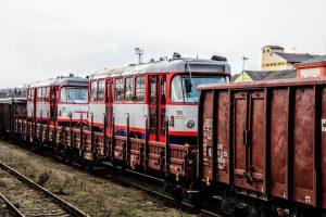Přeprava tramvají po železnici do Liberce. Zastavení nákladního vlaku v Turnově. Foto: DPMLJ