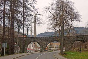 Kamenný viadukt na trati Tanvald - Harrachov v Desné přes silnici I/10. Foto: SchiDD/ Wikimedia Commons