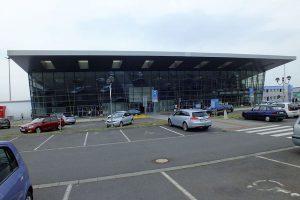 Odbavovací terminál letiště Ostrava. Autor: Vojtěch Dočkal – Vlastní dílo, CC BY-SA 4.0, https://commons.wikimedia.org/w/index.php?curid=42469381