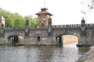 Plavební komora Hořín. Autor: Kf, CC BY-SA 3.0, https://commons.wikimedia.org/w/index.php?curid=3888016