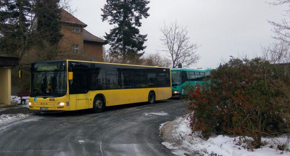 Autobus společnosti BusLine MHD na konečné linky 25 na zastávce Broumovská. Foto: Jan Sůra