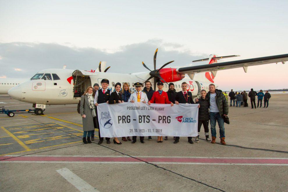 Poslední let z Prahy do Bratislavy přilákal i řadu leteckých fandů, kteří se vyfotili před ATR 72 na bratislavském letišti.