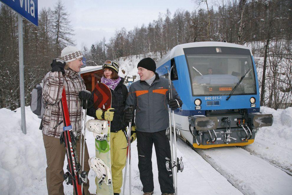 Cestující na zastávce Desná - Riedlova vila. Foto: České dráhy