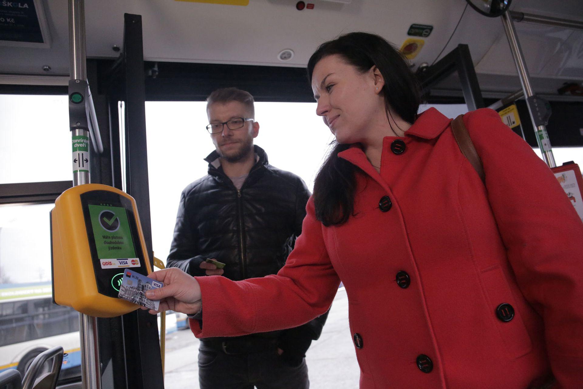 V ostravské MHD jezdí už více lidí na elektronickou jízdenku než papírovou. Foto: DPO