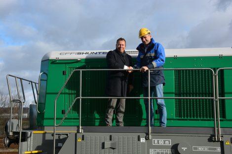 Předání nové lokomotiy EffiShunter 600 od CZ LOKO pro Čepro, na snímku generální ředitel CZ LOKO Josef Gulyás (vlevo) a generální ředitel Čepra Jan Duspěva.. Foto: CZ LOKO