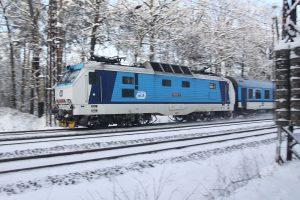 Lokomotiva řady 151 Českch drah v čele dálkového vlaku v Klánovickém lese. Foto: České dráhy