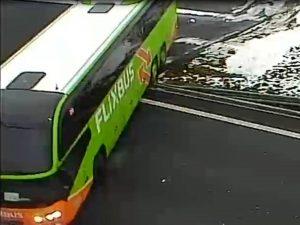 Autobus FlixBus se otáčí na D8 před prackovickým tunelem. Foto: PČR