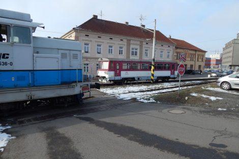 Tady začíná Bechyňka. Vlevo kolej do Křižíkova depa (dnes remíza společnosti Railway Capital). Autor: Zdopravy.cz/Jan Šindelář