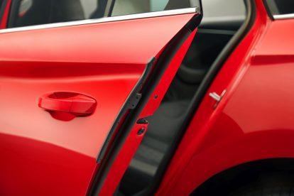ako první vůz ve své třídě nabízí KAMIQ na přání inteligentní ochranu hrany dveří. Při otevření dveří se automaticky vysune plastová lišta. Tento prvek chrání vůz ŠKODA i vozy v okolí před poškozením v městských zónách s úzkými parkovacími místy. Foto: Škoda Auto