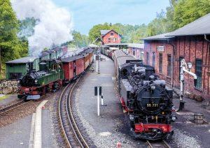 Souběžný odjezd parních lokomotiv z nádraží Bertzdorf do Oybinu (vpravo) a Jonsdorfu. Foto: SOEG