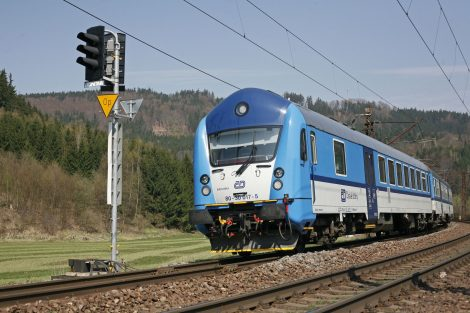 Řídicí vůz Bfhpvee295 v čele osobního vlaku z Pardubic do České Třebové u Bezpráví. Foto: České dráhy