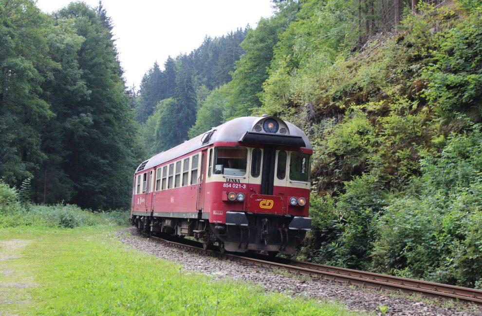 Motorový vůz 854 u Návarova na trati Železný Brod - Tanvald. Foto: Jiří Beneš / Wikimedia Commons