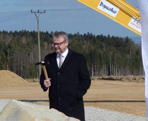 Ministr dopravy Dan Ťok s kladívkem na D3. Autor: Zdopravy.cz/Jan Šindelář