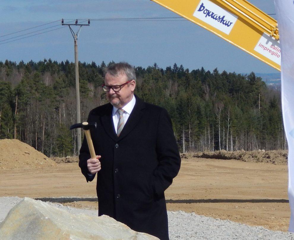 Ministr dopravy Dan Ťok s kladívkem na D3 Hodějovice - Třebonín. Autor: Zdopravy.cz/Jan Šindelář