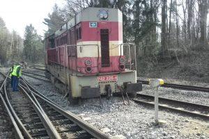 Vykolejená lokomotiva. Autor: Drážní inspekce