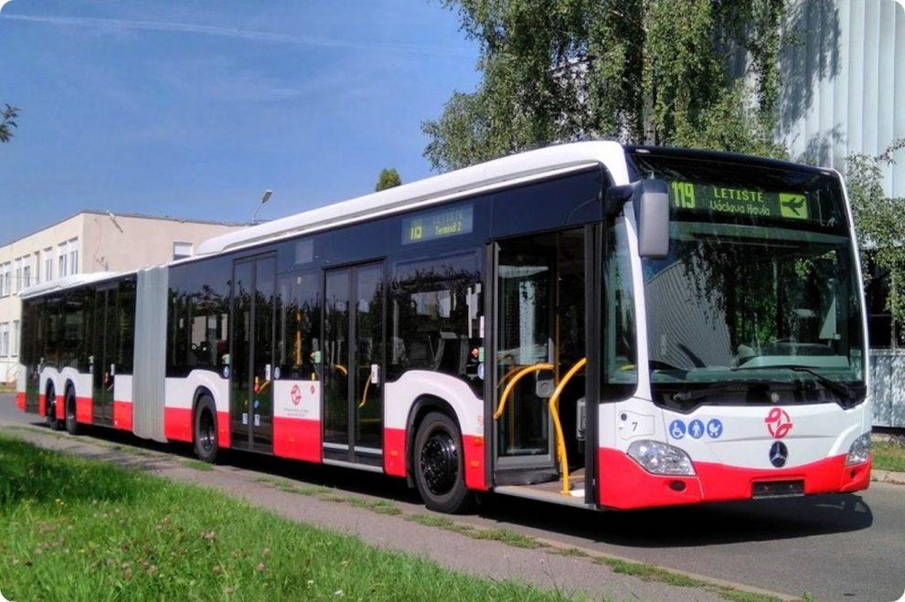 Téměř 21 metrů dlouhý autobus Mercedes-Benz CapaCity L. Foto: DPP
