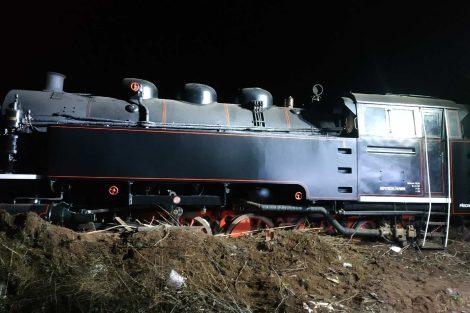 Vykolejená parní lokomotiva. Autor: Drážní inspekce