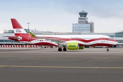 airBaltic a jeho Airbus A220-300 v nátěru připomínajícím 100 let Lotyšska. Foto: Letiště Praha