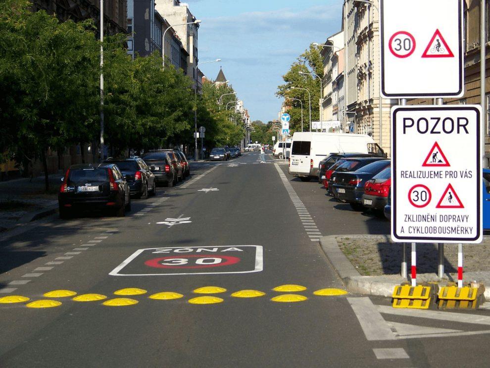 Cyklistické obousměrky v Karlíne. Foto: www.auto-mat.cz