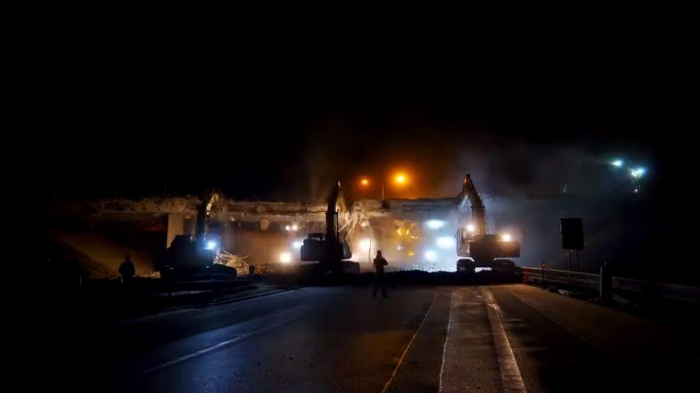 Demolice mostu přes dálnici. Foto: ŘSD