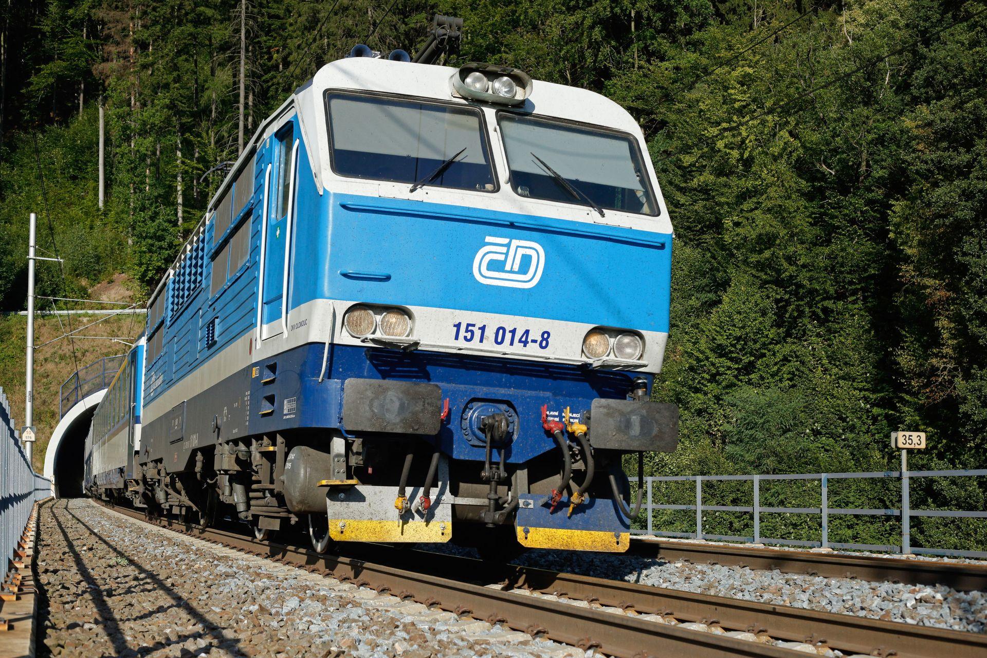 Lokomotiva 151 u Hoštejna. Dosud na trati 270, od prosince na trati 019, případně 001. Foto: České dráhy